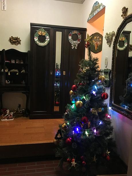 教室玄関の飾りつけ。まだツリーの飾りが少ない頃。玄関の外もイルミネーションの飾りつけをしました♪