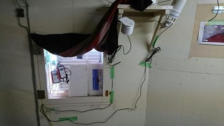 写真2. 右上の2台のセンサーと2台のHALKAで測候所内の温湿度や気圧の観測