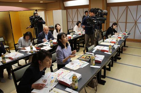 発表会にはテレビ局、新聞社等、多くの報道陣が出席し、試食も。 メディアを通じて、「スマート和食弁当」の特色が県民に広く伝えられた。