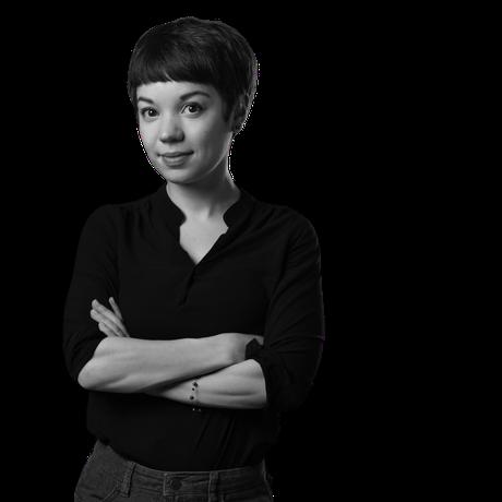 Magdalena Kersting black white in front of a blackboard