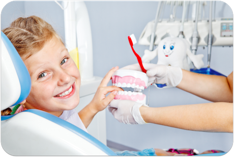 Immer mehr Eltern kommen mit ihren Kindern zur regelmäßigen Prophylaxe beim Zahnarzt. Sie wissen, dass sie damit die Zähne ihrer Kinder vor Karies schützen. (© Anatoliy Samara - Fotolia.com)