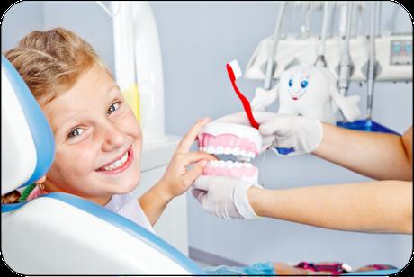 Immer mehr Eltern kommen mit ihren Kindern zur regelmäßigen Prophylaxe beim Zahnarzt. Sie wissen, dass sie damit die Zähne ihrer Kinder vor Karies schützen. (© Anatoliy Samara - Fotolia.com)Dr. Udo Goedecke. Zahnarzt in Osnabrück