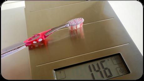 Zu starker Druck mit der Zahnbürste kann zu Schäden an Zähnen und Zahnfleisch führen. Wie stark darf ich höchstens drücken? (© proDente e.V.)Dr. Udo Goedecke. Zahnarzt in Osnabrück