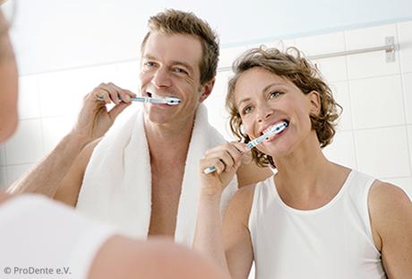 Beim Zähneputzen schleichen sich im Laufe der Jahre Fehler ein und manchmal werden Zähne vernachlässigt. Wie lässt sich das vermeiden?