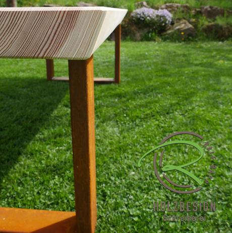 Massiver Tisch für den Außenbereich mit Lärche Dielen u. rositgen Metallgestell
