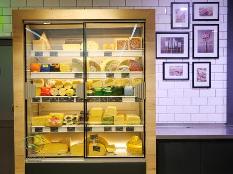 Käse-Kühlschrank mit Holzdekor-Umrandung, Ladeneinrichtung für Käseabteilung,
