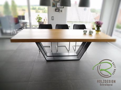 Massivholztisch in Eiche mit Stahlgestell, Eiche Massivholztischplatte  8 cm stark mit Metall-Tischgestell, Esstich mit Metall-Tischgestell anthrazit Pulver beschichtet, Stahltischgestell mit Eichetischplatte, Esszimmertisch massiv, Tisch in Eiche massiv