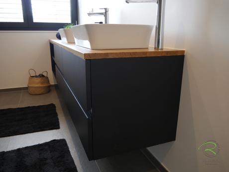 Waschtischbeckenunterschrank matt schwarz u. Antifingerprint Beschichtung u. einer Eiche-Massivholz-Aufsatzplatte für Aufsatzbecken mit offenem Regal mit integrierter Griffleiste