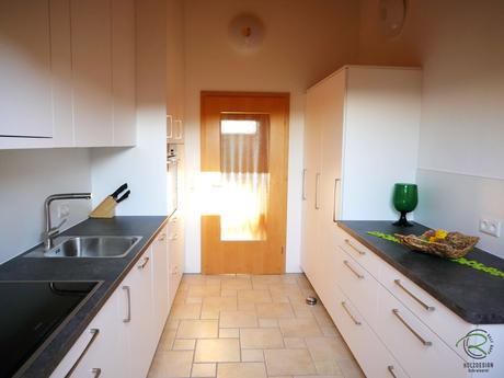 Dachschrägenschrank für Küche in Dachschräge integriert mit Vorratsschrank, Besenschrank mit Platz für Leiter, Kühlschrank, Vorratsschrank & Anrichte in weiß u. anthraziter Areitsplatte