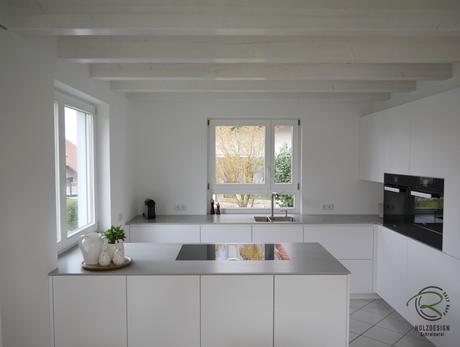 Weiß, matte Design Küche mit Halbkochinsel  & Bora Proffesional 2 mit Miele Geräten & Keramik Arbeitsplatte in 12 mm von Sapien Stone