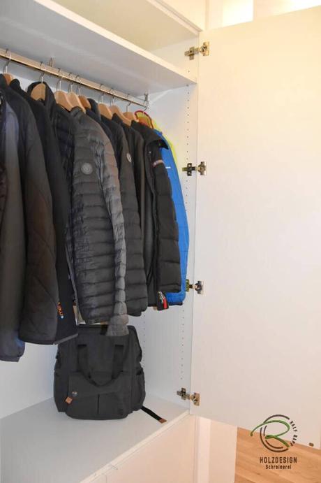 Geschlossener Garderobenschrank mit Kleiderstange & Ablage, Einbauschrank Garderobe in weiß u. Eiche furniert mit darunterliegendem Schuhschrank Fronten grifflos mit Tip-on Öffnungsunterstützung
