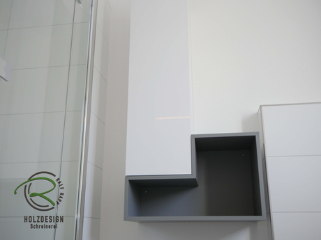 offenes Regal in grau matt mit antifingerprint Beschichtung, Badmöbel nach Maß in weiß Hochglanz & grau matt mit offenem Regal & geschlossenem Bad-Hochschrank für Stauraum im Bad
