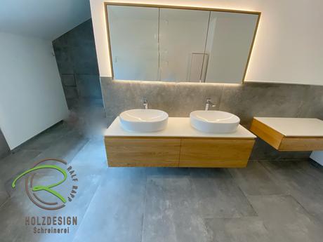 wandhängender Schminktisch mit Waschtischunterschrank & Spiegelschrank von Schreinerei Holzdesign Ralf Rapp in Geisingen