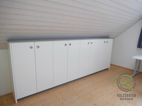 Maßgefertiget Dachnischenschrank für die Büroeinrichtung, in weiß und anthrazit, Edelstahl-Muschelgriffe