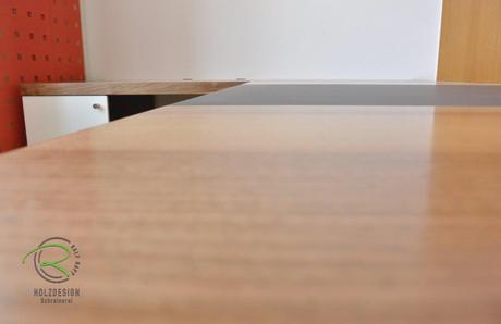 Schreibtischplatte in Nussbaum mit flächenbündiger Schreibtischunterlage in Möbellinoleum