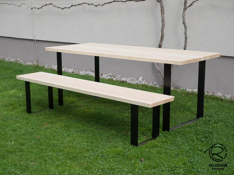 massiver Baumstammtisch in Lärche mit matt schwarzem Kufen-Tischgestell, Maßivholztisch mit matt schwarzem Kufengestell, Maßtisch in Lärche für den Außenbereich, Outdoormöbel Tisch mit Bank als Baumstammtisch, Kufentischgestell 80 mm breit u. 10 mm stark