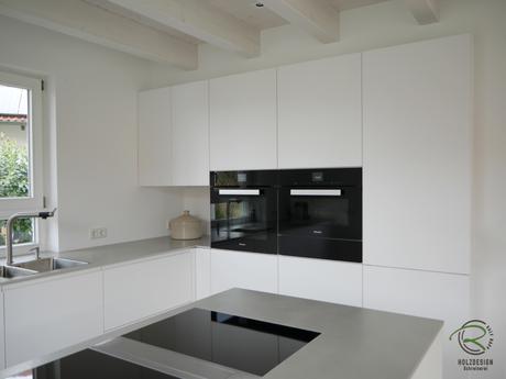 Schwebende Küchen-Hochschrankzeile für weiß matte grifflose Design Küche mit Halbkochinsel mit Bora Proffesional 2 Flächenindukionskochfeldabzug & 12 mm Keramik Arbeitsplatte