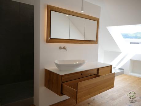 Waschtisch auf Gehrung in Eiche massiv mit weißer Aufsatzplatte & Aufsatzbecken & Massivholz-Schubladen mit indirekt beleuchtetem 3-türig in Wand eingelassener Spiegelschrank mit Eichenrahmen