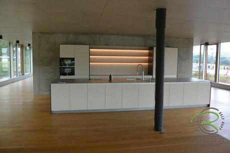 Loftküche in matt cappuccino, anthrazit mit Eiche Regalböden, griffloser Küchenblock und Kücheninsel