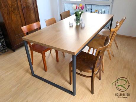 schwarz pulverbeschichtetes Stahl-Kufen-Tischgestell schlichte Massivholz-Eichentischplatte seidenmatt lackiert,Moderner Esstisch mit Eicnhe-Tischplatte & anthrazitem pulverbeschichteten Stahltischgestell