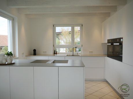 Grifflose Design Küche in weiß matt mit Bora Proffesional 2 Kochfeldabzug mit Flächeninduktions-Glaskeramik-Kochfeldabzug und eingekofferter Hochschrankzeile mit Falttüreneckschrank mit offener Nische u. elektrischer Öffnungsunterstützung für Kühlschrank