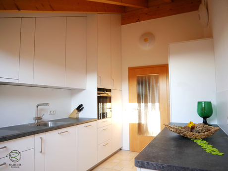 Küche Dachschräge in weiß mit Raumhohen Küchen-Einbauschränken angepasst an die Dachschräge von Schreinerei Holzdesign Ralf Rapp in Geisingen mit integriertem Sitzplatz