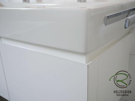 Wandhängender Waschtischunterschrank in weiß Hochglanz mit umlaufender, weißer Griffleiste & zwei Schubladen, Waschbeckenunterschrank für Doppel-Aufsatzbecken, Waschbeckenunterschrank auf Gehrung mit umlaufender Griffleiste