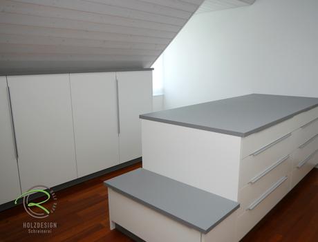 Ankleidezimmer in weiß u. grau - Kommode mit Linoleum-Auflage mit Schubladen, Sitzbank für Schmutzwäsche, Dachnischenschränke nach Maß für den Kniestock