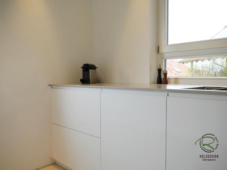 Griffkombination mit weißer Griffleiste & grifflos mit Tip on Technologie für Design Küche in weiß matt mit 12 mm Keramik Arbeitsplatte, modernes Küchendesign in weiß matt mit Antifingerprint Beschichtung