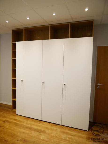 abschließbarer Schreibtischschrank in weiß matt Bücherregal in Eiche furniert und ausziehbarer Schreibtischplatte für Tastatur, Schreibtisch mit Bücherregal, versteckter Schreibtisch im Schrank, abschließbarer Sekreträr mit ausziehbarer Schreibtischplatte