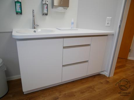 Waschtischunterschrank angepasst an Wandschräge in weiß matt mit Aluminiumegriffleiste für Praxiseinrichtung nach Maß wasserfest verleimt