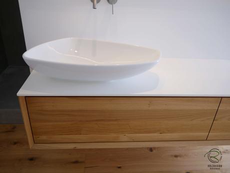 fingergezinkte Massivholzschubladen in Eiche, seidenmatt lackiert für auf Gehrung gefertigten Waschtisch in Eiche mit weißer, wasserfester Vollkerplatte Aufsatzplatte Aufsatzbecken