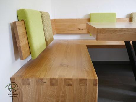 Modernen Eckbank mit Massivholztisch in Eiche massiv, seidenmatt lackiert, mit pulverbeschichtetem Metalltischgestell u. verschiebbaren Rückenpolstern, Massivholz Eckverbindugnen in Fingerzinken u. Sitzfläche mit gemütlicher Sitzmulde, Tischplatte 8 cm