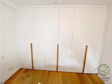 Schlichter Schlafzimmerschrank nach Maß in weiß und Eiche Griffleisten von Schreinerei Holzdesign Ralf Rapp in Geisingen mit frontbündigen Passleisten