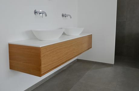 Waschtischunterschrank Holz, Eiche massiv, mit weißer Waschtischplatte, grifflos mit Push to open Schubladen und 2 Aufsatzbecken