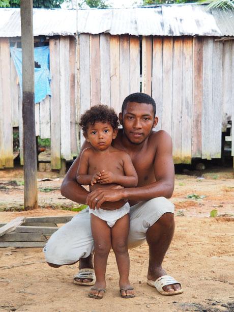 Indigene Familie am Amazonas in Brasilien