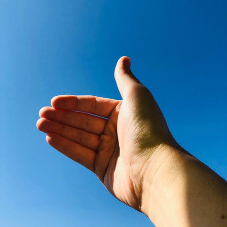 セラピストの手と空