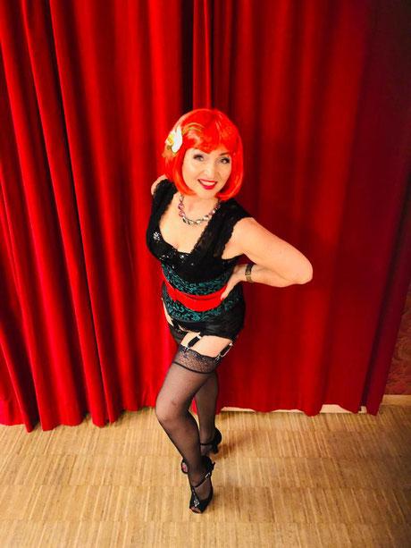 Topsy Curvy gehört zum Lehrerteam vom Vintage Dance Studio. Sie unterrichtet den Donnerstags-Burlesquekurs für Anfänger. Burlesque lernen München