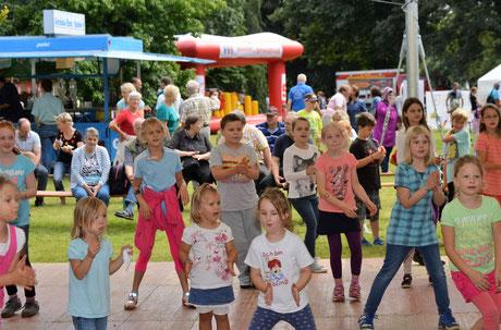 Die Tanzfläche wird zum Mittelpunkt des Sommerfestes.