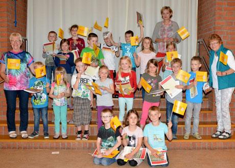 Christa Möller (re) und ihre Vorstandsdamen Elke Hahn (li) und Kornelia Gerlach überraschten die Kinder mit kleinen Geschenken.