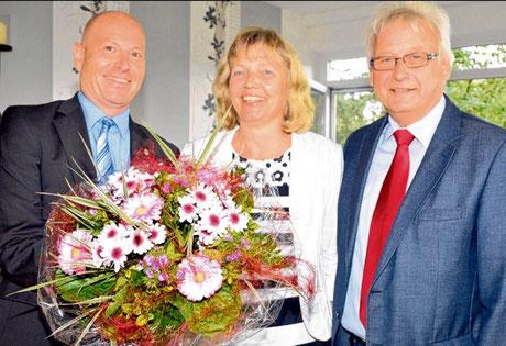 Andreas Faust (r.) und Dirk Michels gratulierten Bärbel Hecheltjen zum 40-jährigen Dienstjubiläum.