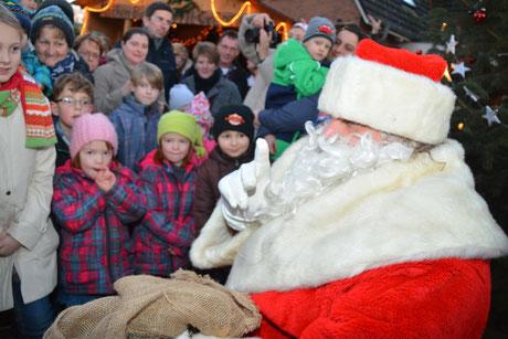Der Weihnachtsmann wurde von den Kindern schon sehnsüchtig erwartet.