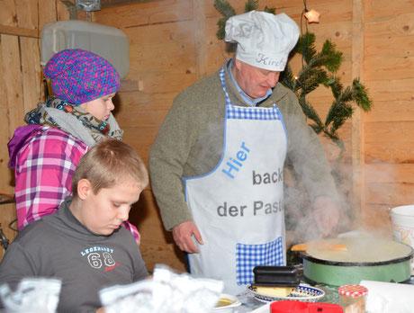 Darf auf dem Weihnachtsmarkt nicht fehlen: Pastor Manfred Kaiser mit seinem Crepesstand.