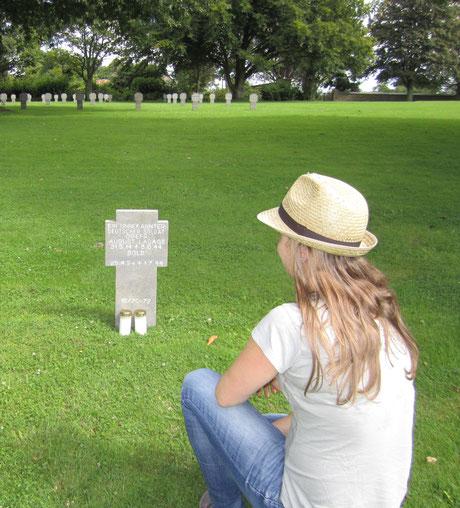 Ich am Grab von August.