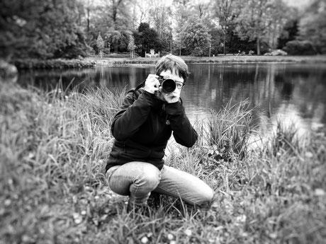 Fotografin bei der Arbeit an einem Teich