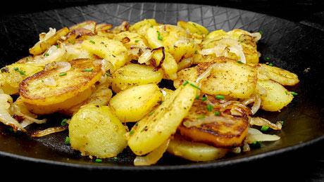 Genuss Hütte Bratkartoffel aus der Pfanne