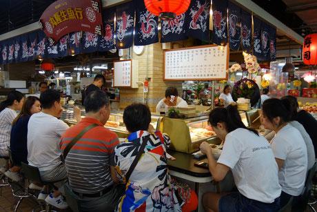 迪化街の永楽市場では刺身が人気