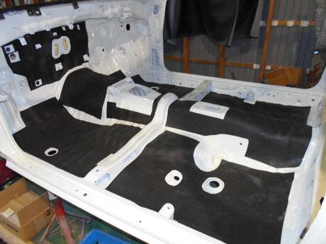 AE86トレノ フルレストア アンダーコート貼り付け