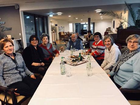 Die Damen der Frauen Union Zirndorf sitzen zusammen mit den Senioren