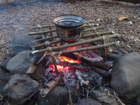 improvisierter Bushcraft Grillrost, Feuer auf nassem Untergrund, Feuer im Schnee